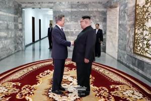 남북 정상 '깜짝 만남'... 회담 내용 내일 공개